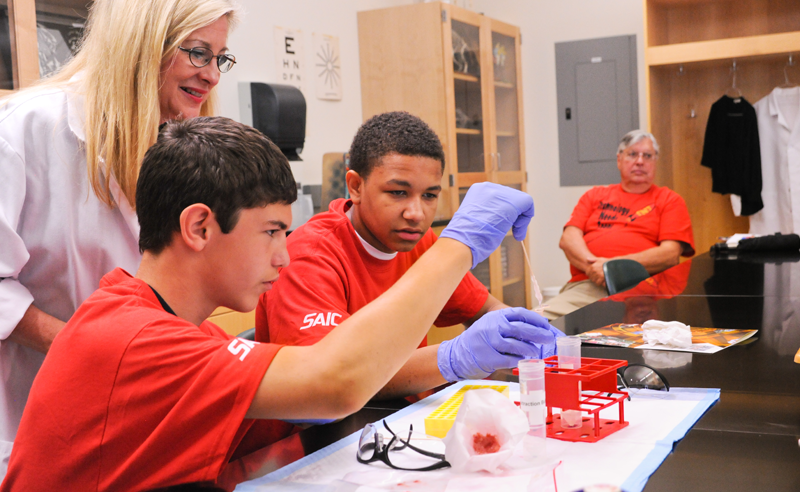 Students perform a science experiment in lab
